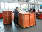 日本からの木箱2つも楽に入り作業できます