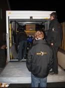 トラックに日英チームのバイクと荷物の積込み