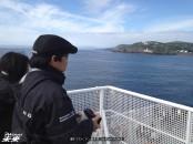 離れて行くマン島を見つめるMIRAI岸本